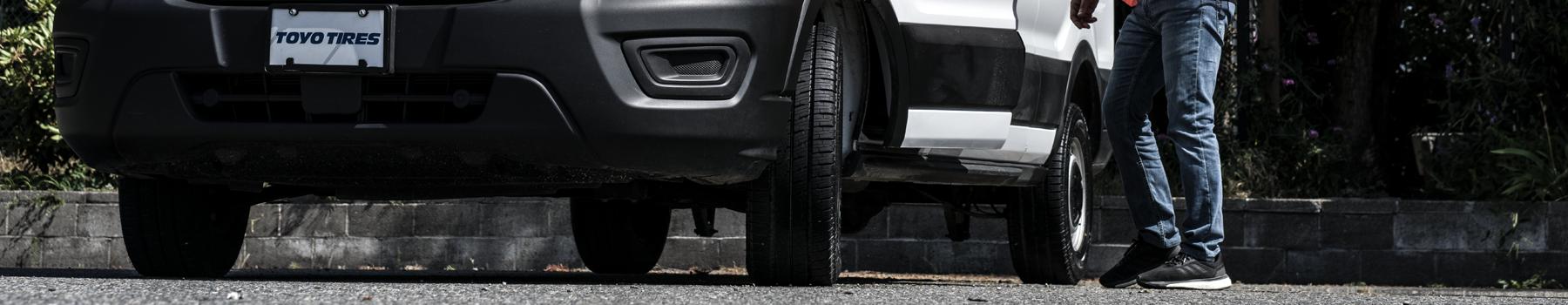 Une camionnette équipée du pneu toutes saisons Celsius Cargo de Toyo