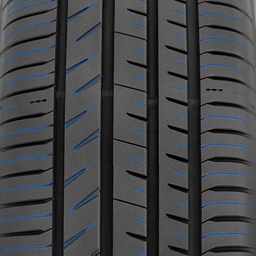 Lamelles sur le pneu de performance toutes saisons de Toyo